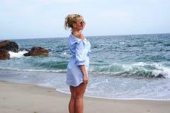 Blondine in einem blauen Kleid Stockfotos