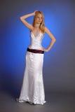 Blondine in einem eleganten weißen Abendkleid Stockfotos