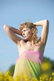 Blondine in einem Rapsfeld Lizenzfreie Stockbilder