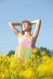Blondine in einem Rapsfeld Lizenzfreie Stockfotos