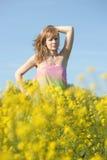 Blondine in einem Rapsfeld Lizenzfreies Stockfoto