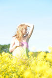 Blondine in einem Rapsfeld Stockbilder