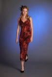 Blondine in einem roten Kleid mit Pailletten Lizenzfreies Stockfoto