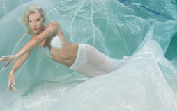 Blondine in einem weißen Kleid Stockfotos