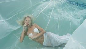 Blondine in einem weißen Kleid Stockbilder