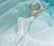 Blondine in einem weißen Kleid Lizenzfreies Stockbild