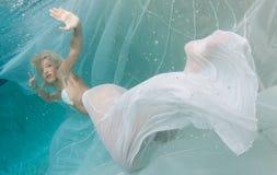 Blondine in einem weißen Kleid Lizenzfreie Stockfotografie
