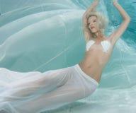Blondine in einem weißen Kleid Stockfotografie