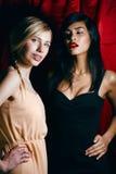 Blondine gegen Brunette, Krieg von Antipoden Stockfotos
