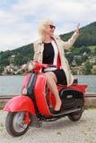 Blondine gehen, mit dem Roller auf dem See wellenartig zu bewegen Stockfoto