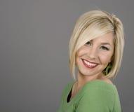 Blondine gehen zurück lächeln voran Stockbilder