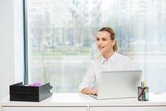 Blondine hinter ihrem Schreibtisch Lizenzfreie Stockfotos