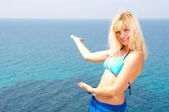 Blondine im Bikini, der zum Meer einlädt Stockfotos