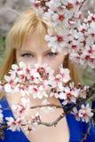 Blondine im Blau auf geöffneter Luft Lizenzfreies Stockfoto