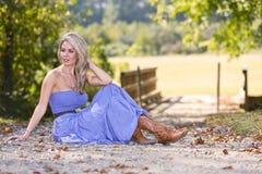 Blondine im blauen Kleid Stockfoto
