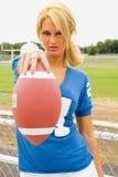 Blondine im Fußball Jersey Stockfotos
