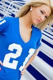 Blondine im Fußball Jersey Stockfotografie