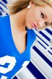 Blondine im Fußball Jersey stockfoto