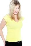 Blondine im gelben T-Shirt Stockbilder