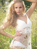 Blondine im Gras Stockbilder