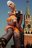 Blondine im Hintergrund des Kremlin Stockfotos