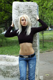 Blondine im Park Lizenzfreie Stockfotos
