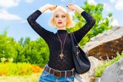 Blondine im Park und Blicke in den Abstand Stockbilder