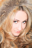 Blondine im Pelz Stockfoto