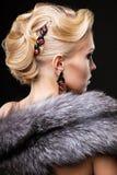 Blondine im Pelz Stockbild
