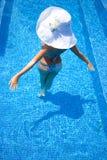 Blondine im Pool Stockbilder
