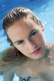 Blondine im Pool Stockbild