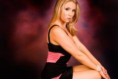 Blondine im reizvollen Kleid Lizenzfreie Stockfotografie
