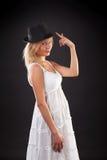 Blondine im schwarzen Hut. Stockfotografie