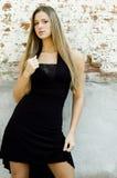 Blondine im schwarzen Kleid Stockfotografie