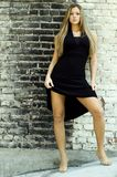 Blondine im schwarzen Kleid Lizenzfreie Stockbilder
