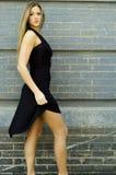 Blondine im schwarzen Kleid Lizenzfreies Stockbild