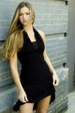 Blondine im schwarzen Kleid Stockfoto