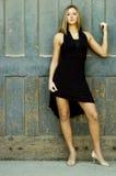 Blondine im schwarzen Kleid Stockbild