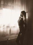 Blondine im schwarzen Kleid Stockbilder