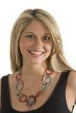 Blondine im schwarzen Kleid-und Halsketten-großen Lächeln Stockfotografie
