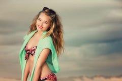 Blondine im tropischen Bikini auf dem Strand Lizenzfreies Stockbild