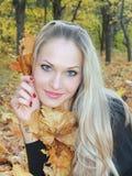 Blondine im Wald mit gelben Blättern Stockfotografie
