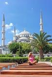 Blondine in Istanbul an der blauen Moschee Lizenzfreie Stockfotografie