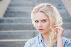 Blondine jungen Mädchens Portert Lizenzfreie Stockfotografie
