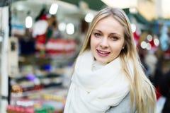 Blondine mit angemessenen Lichtern in Abstand Lizenzfreies Stockbild