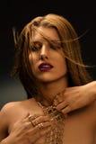 """Blondine mit angeredetem make†""""oben, langer Halskette und vielen Ringen auf ihren Fingern Stockbilder"""