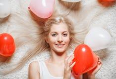 Blondine mit Ballonen Stockfoto