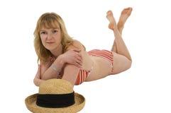 Blondine mit Bikinistrohhut 2 Stockfotografie
