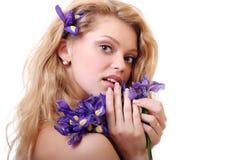 Blondine mit Blendenblumen Stockfoto