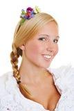 Blondine mit Blumen in ihrem Haar Lizenzfreie Stockbilder
